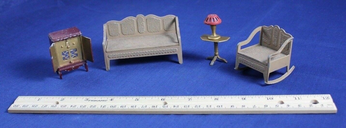 Vintage bambolahouse Tootsiegiocattolo Miniature  Furniture Couch Radio Chair Lamp Table  prezzi più convenienti