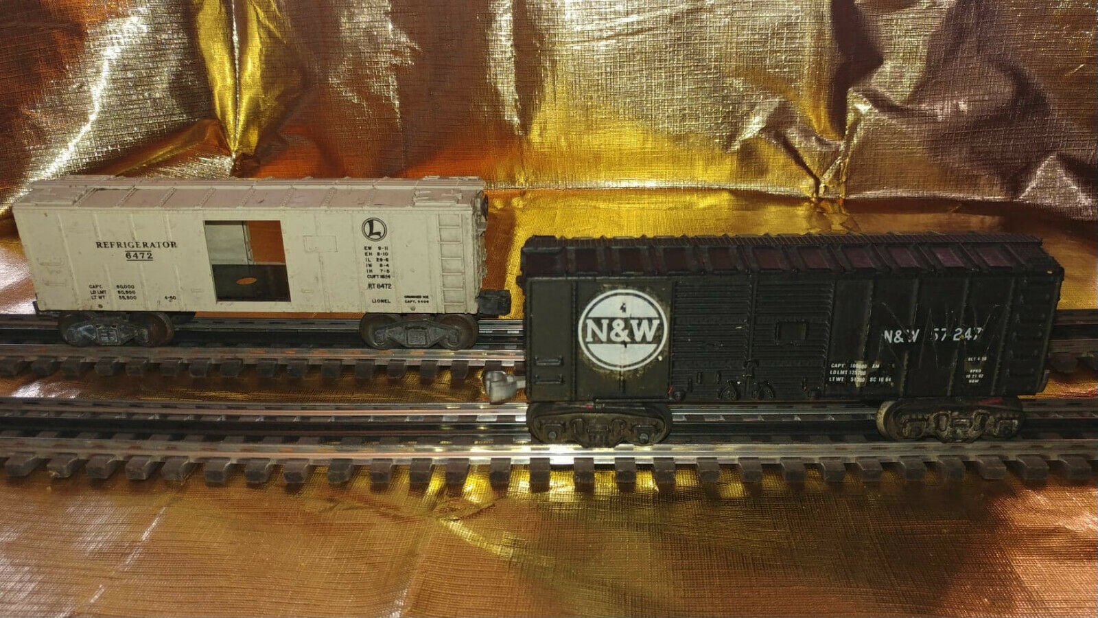 Lot of two vintage O scale Lionel and Unidentified freight cars.