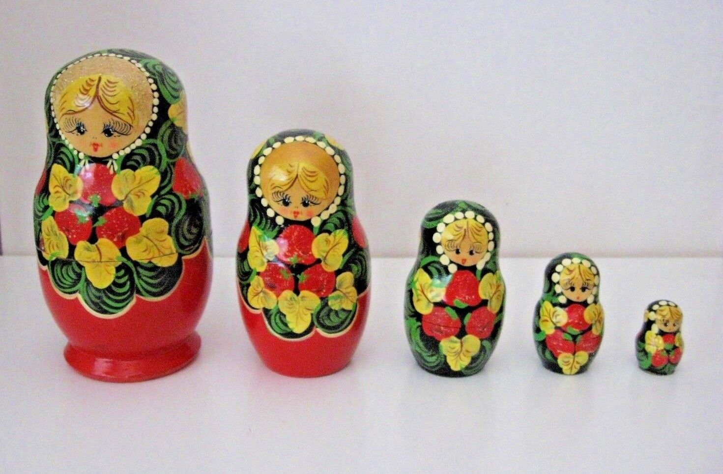 Vintage Nesting dolls = 5 dolls 9 pieces = = = Hand painted from Russia 30d667