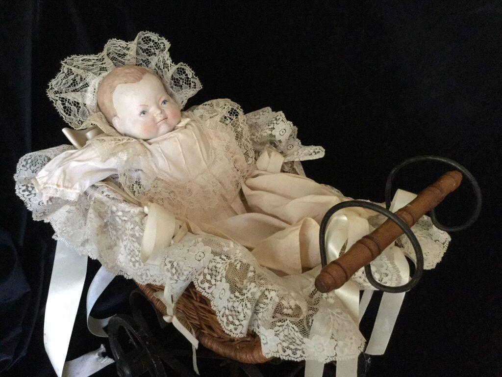 Antiguo Biscuit muñeca con Original ropa y Mimbre, Madera y Metal Muñeca de transporte
