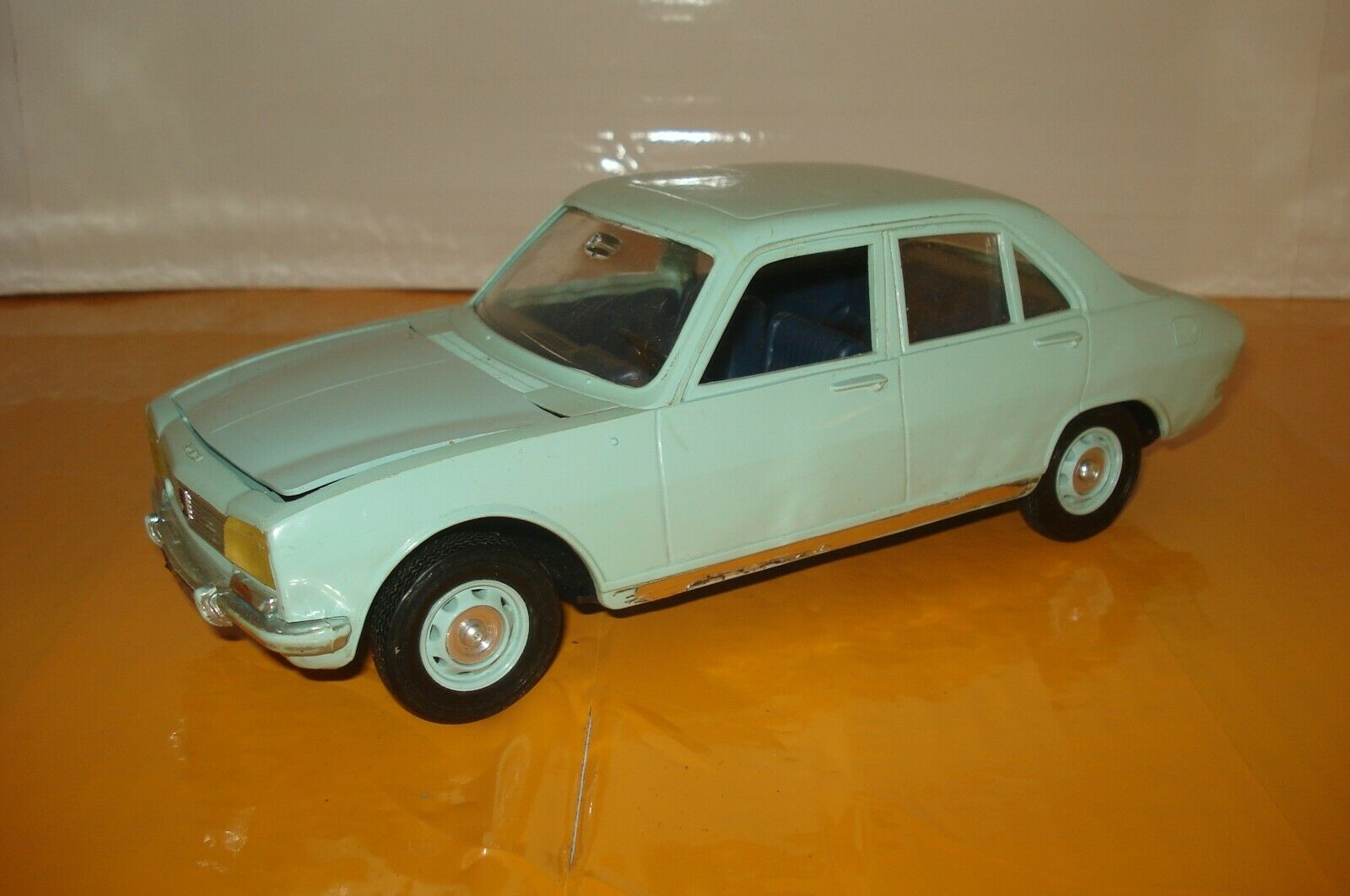 Peugeot 504 , meccano triang a friction , made in france