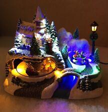 23cm LED Decoración de Navidad animado pueblo festivo trineo & patinadores en movimiento