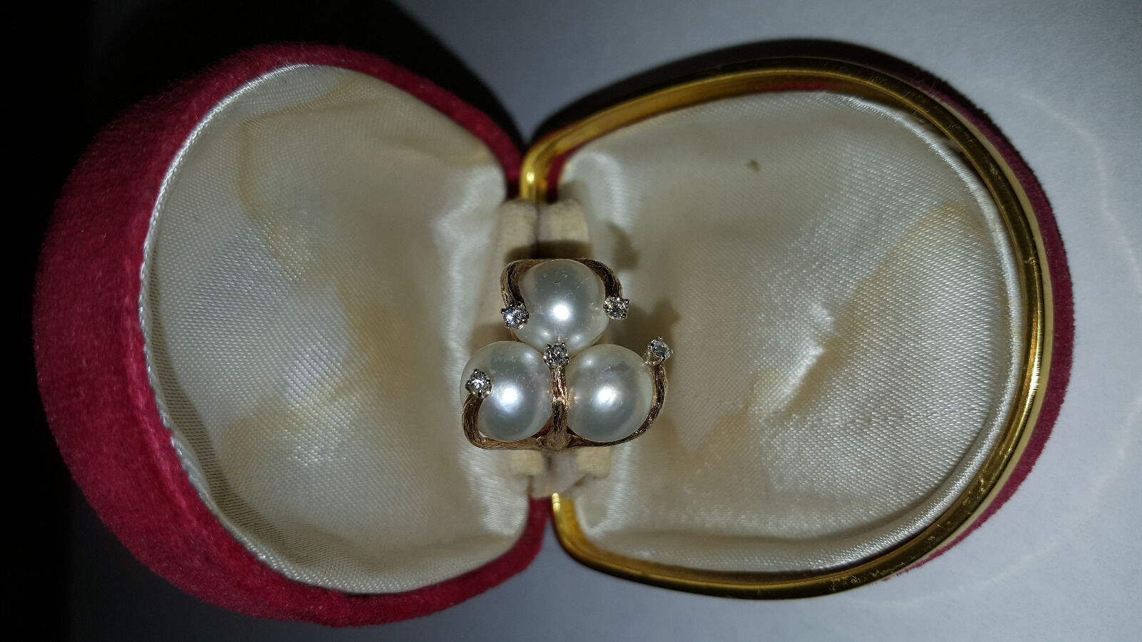 Beautiful gold ring with large pearls and diamonds