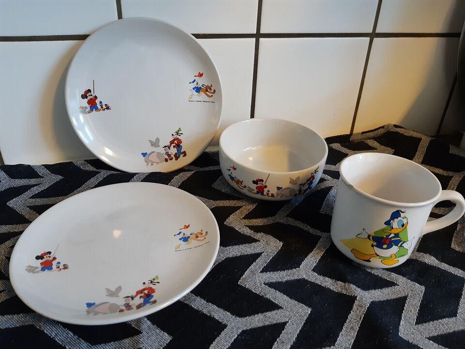 Porcelæn, 2 tallerkener, krus og skål