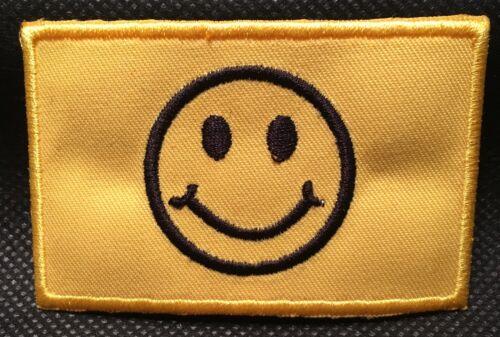 Smiley auf Stoff  Aufbügler Aufnäher Aufbügler Flicken Patch 8x5cm