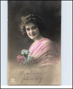 GEBURTSTAG-ca-1910-Glueckwunsch-huebsche-junge-Frau-mit-Blumen-Gratulation-Geburt