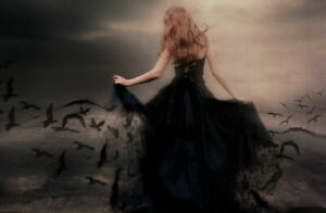 photo poster Encadrée Imprimer-Gothique Femme lié avec chiffon rouge tirant ses cheveux