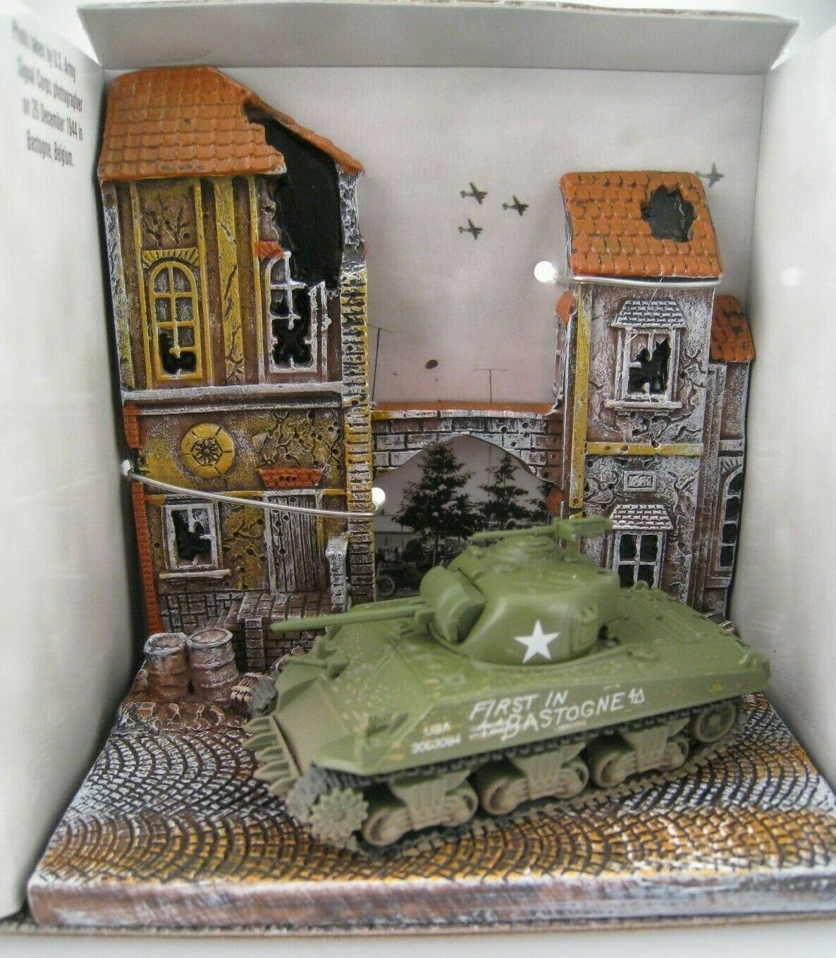 The Chateau  Diorama mit Panzer WWII M4A3  JOHNNY LIGHTNING  1 64  OVP  NEU