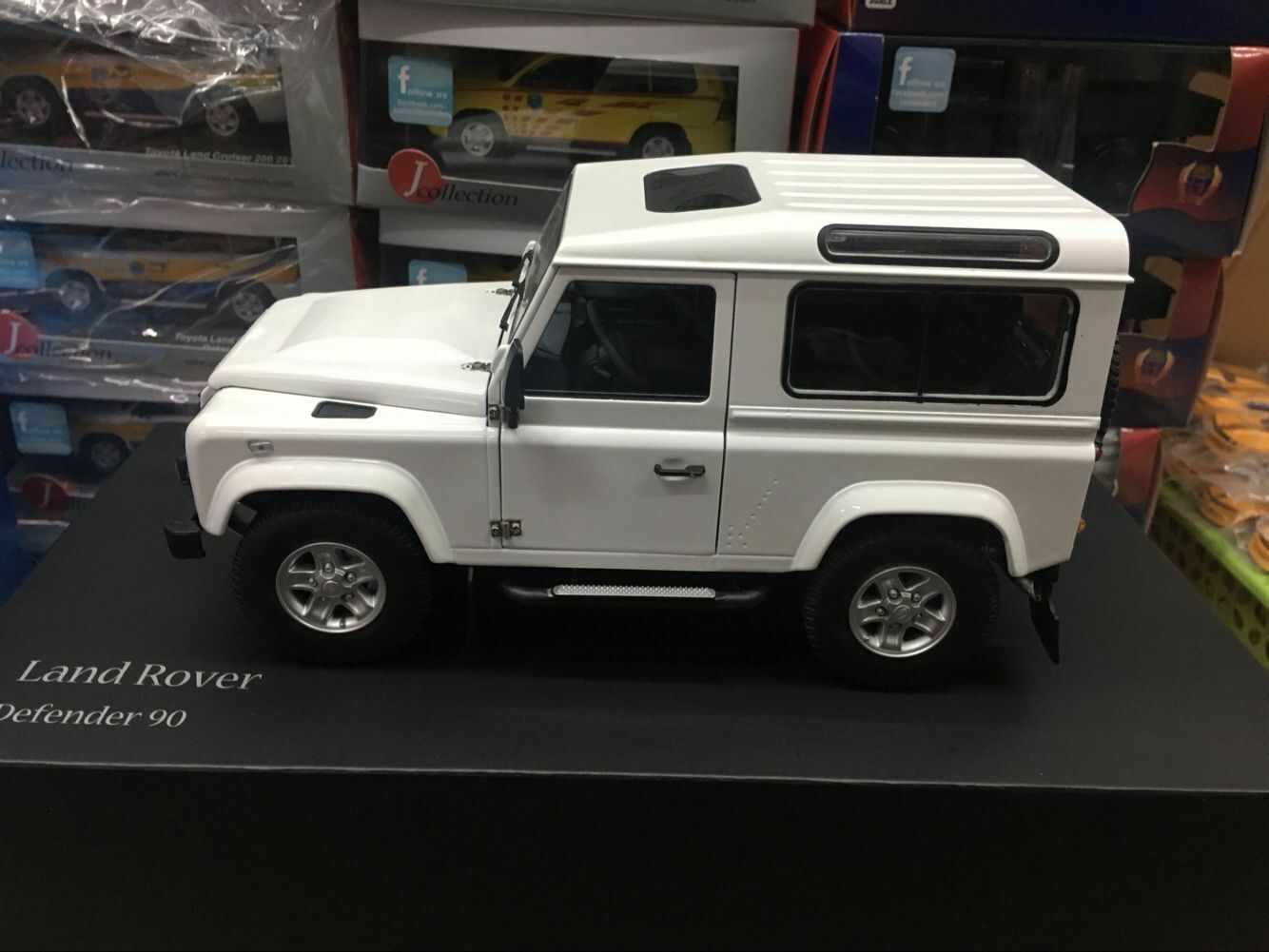 Kyosho Models  Land Rover Defender 90 Heritage White 4 Door Open 1 18 Scale