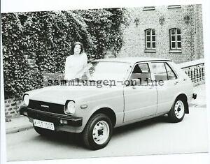 TOYOTA-Starlet-mit-Frau-Auto-Automobil-Fotografie-Foto-Photograph