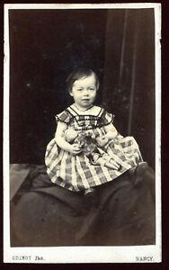 photo cdv.fillette qui pose avec sa poupée.Mlle Marie Lallement.Généalogie .1865