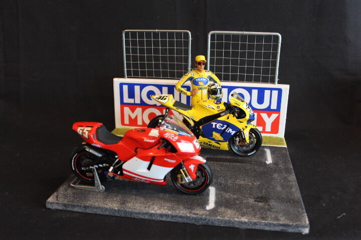 QSP Diorama 1 12 Starting grid with wall and  2 fences (Liqui Moly)  vente de renommée mondiale en ligne