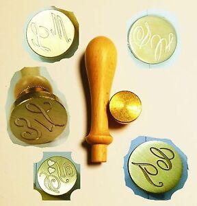 Dettagli su Timbro ceralacca personalizzato lettere incise iniziali sposi  partecipazioni
