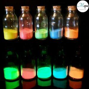 Pigmento polvere fosforescente fluorescente si illumina al buio con luce solare