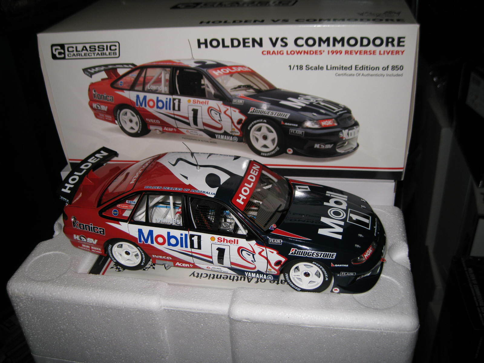 CLASSIC 1.18 HOLDEN VS COMMODORE HRT  1 1999 REVERSE LIVERY CRAIG LOWNDES  18670