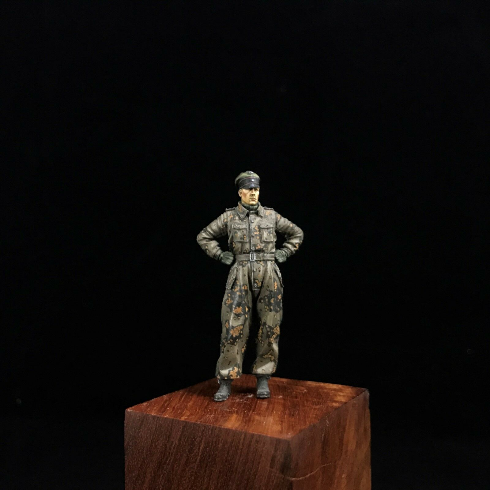 1 35 Built and Painted E.M. Resin German Tank Commander Crew Figure Camo Suit