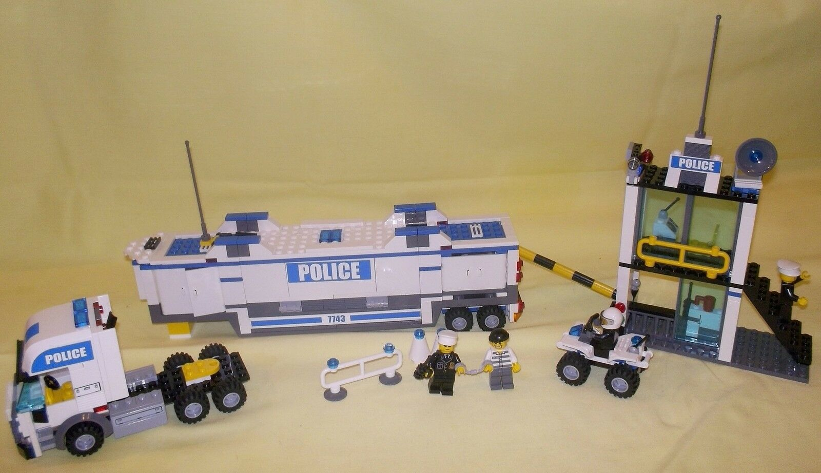 LEGO CITY POLICE COMMAND CENTRE 7743 (3)