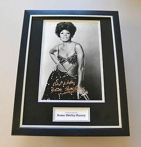 Shirley-Bassey-Signed-Framed-16x12-Photo-Autograph-Music-Memorabilia-Display-COA