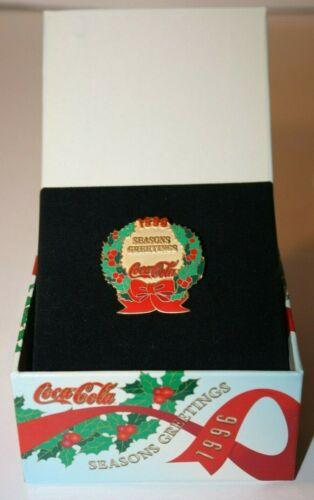 Gift Display Box Christmas Wreath Lapel Pin Seasons Greetings 1996 Coca Cola