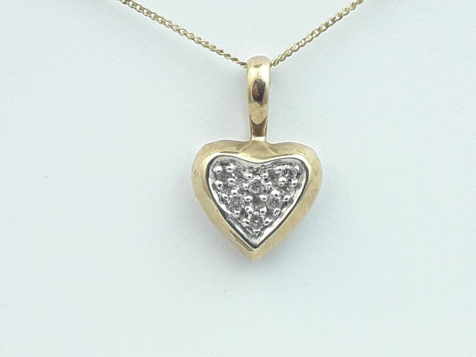 Gorgeous 9ct gold & Diamond Heart Shaped Pendant On 9ct gold Chain.