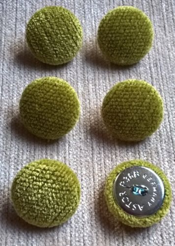 Chenille Terciopelo 36L//23mm Zest Bucle cubierto de tela tapicería botones verde