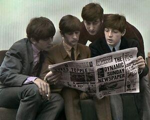 "Die Beatles Lesung Sunday Mirror 1963 8x10"" Hand Farbe Getönt Foto"