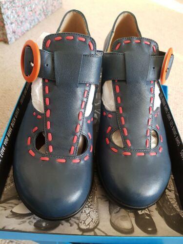 Fluevog entusiasta de Reino Unido 5 azul marino, rojo anaranjado Tacones y costura.