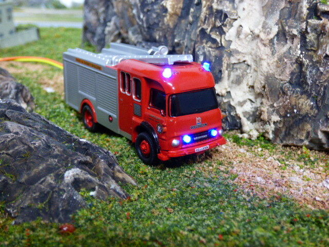 Oxford 1 76 Bedford TK Fire Engine  flashing emergency lights