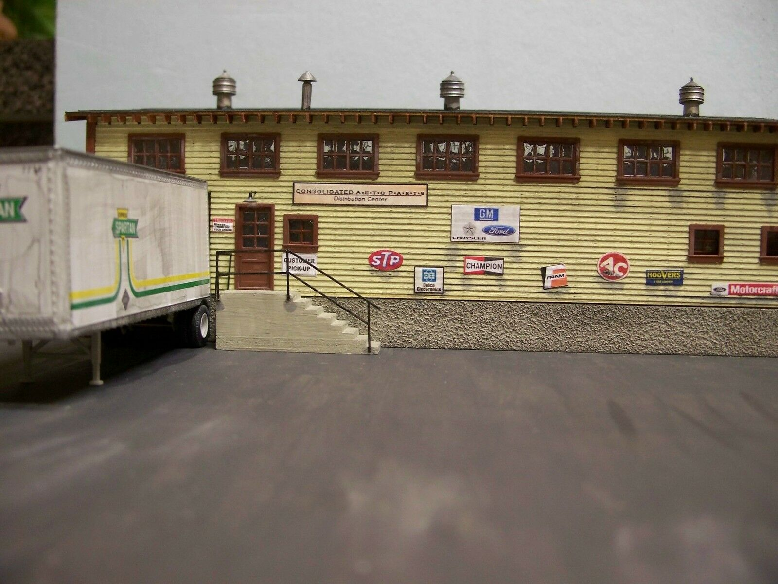 Motrak modellolos Consolidated Auto Parts Co. Structure Kit, HO Scale