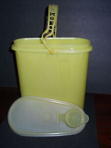 Vintage TUPPERWARE Yellow 2 Qt Pitcher #587 w// Flip Top Lid ~ Beverage Buddy
