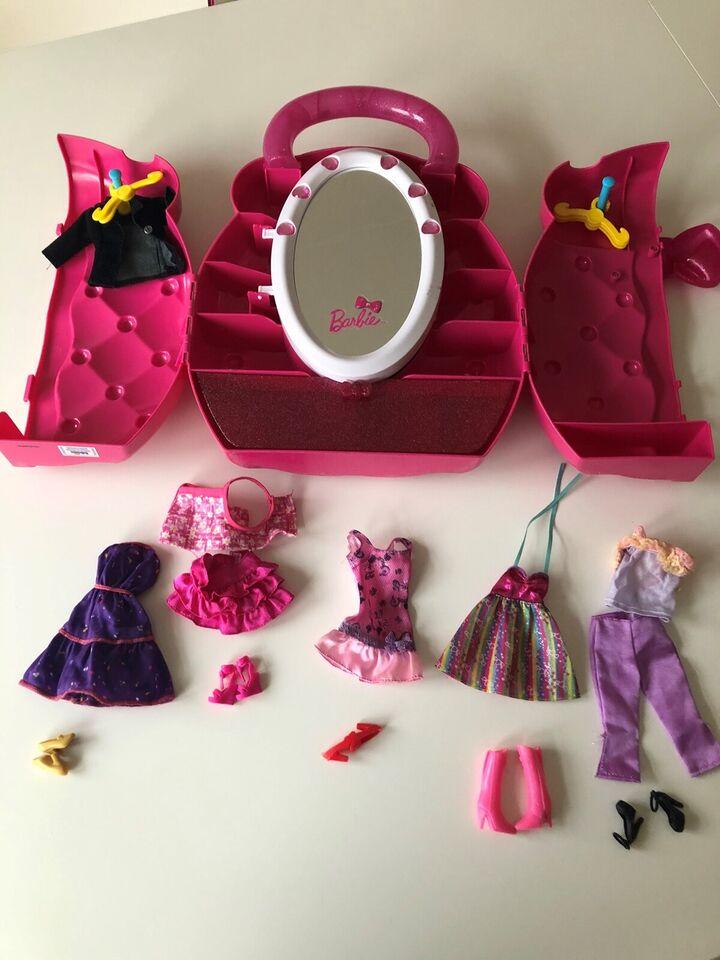Barbie, Klædeskab og 5 sæt tøj