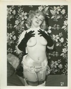 Busty-nude-blonde-woman-posing-in-black-gloves-vintage-pin-up-photo