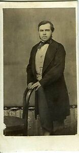 CDV-PHOTO-un-homme-prend-la-pose-tirage-albumine-circa-1860