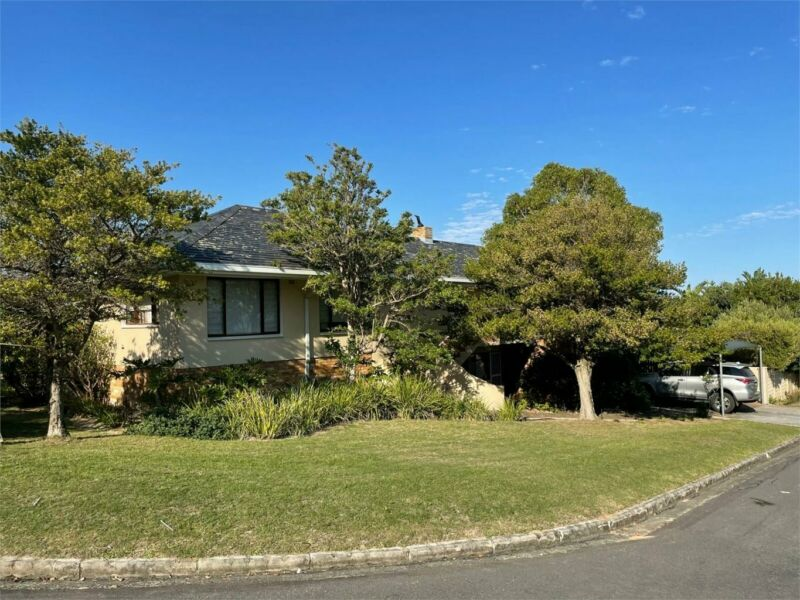 Strong and secure home at the foot of the Fernkloof Mountain with great potential