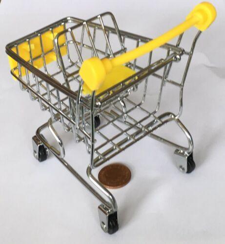 Métal et en plastique jaune Shopping Trolley panier avec un siège de bébé tumdee maison de poupées