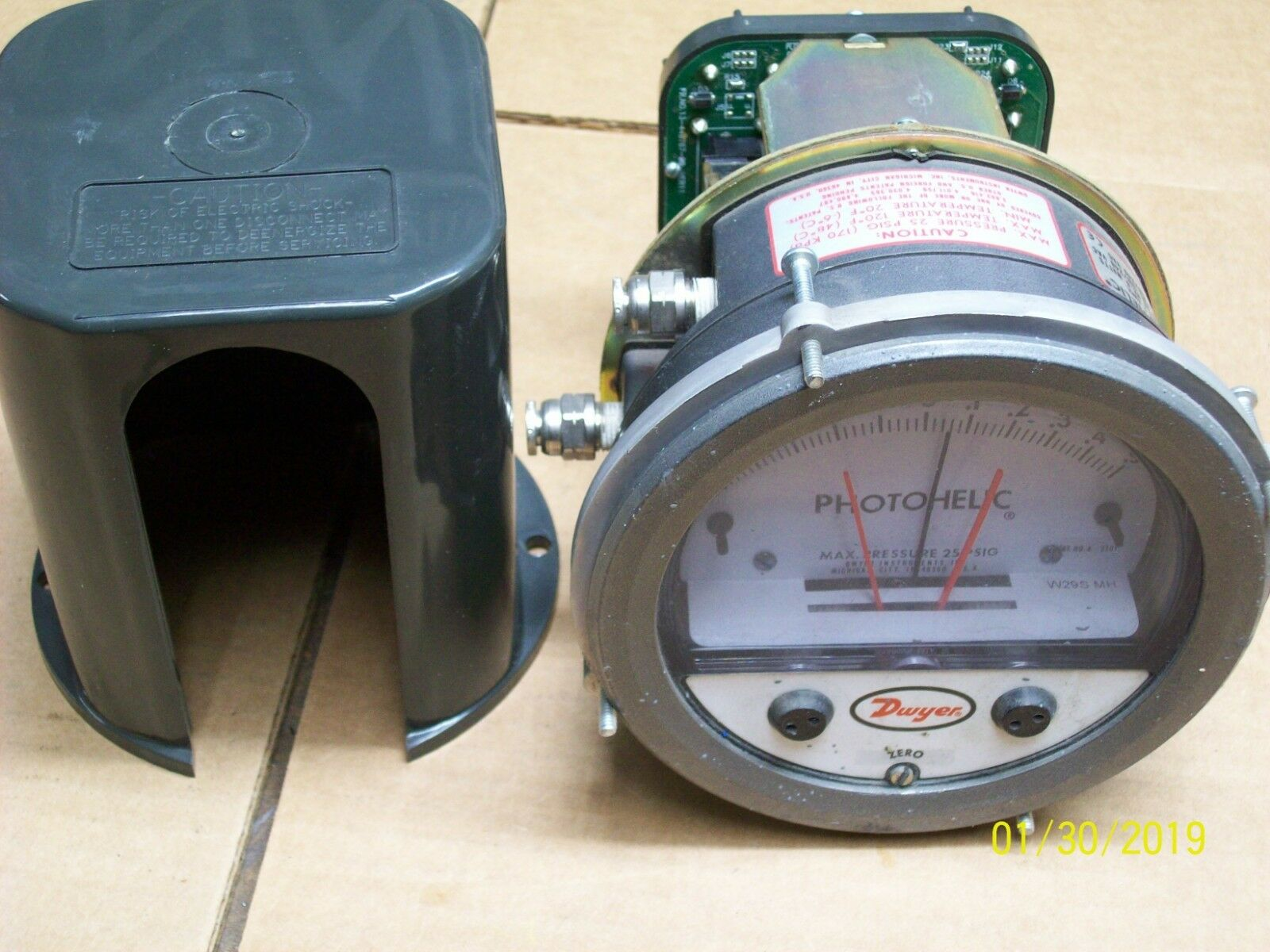 DWYER PRESSURE GAUGE PHOTOHELIC A3301 with DWYER AMPLIFIER RELAY 13-200861-01