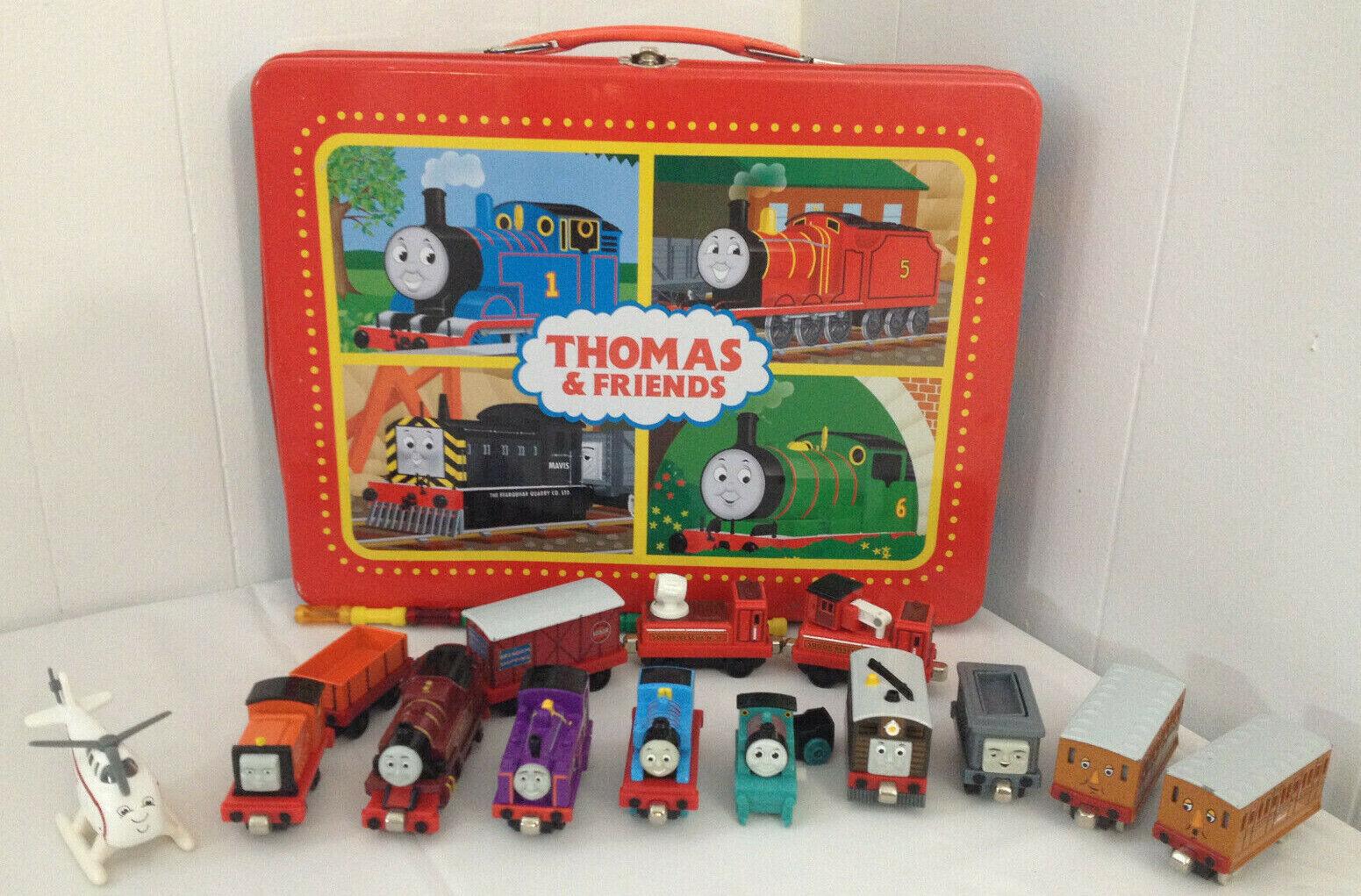 Thomas El Tren de Metal Estuche Lote con 13 diecast coches Magnético Thomas Harold +