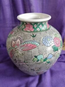 Chinese-Vase-Flowers-and-Butterflys-with-six-character-reign-mark