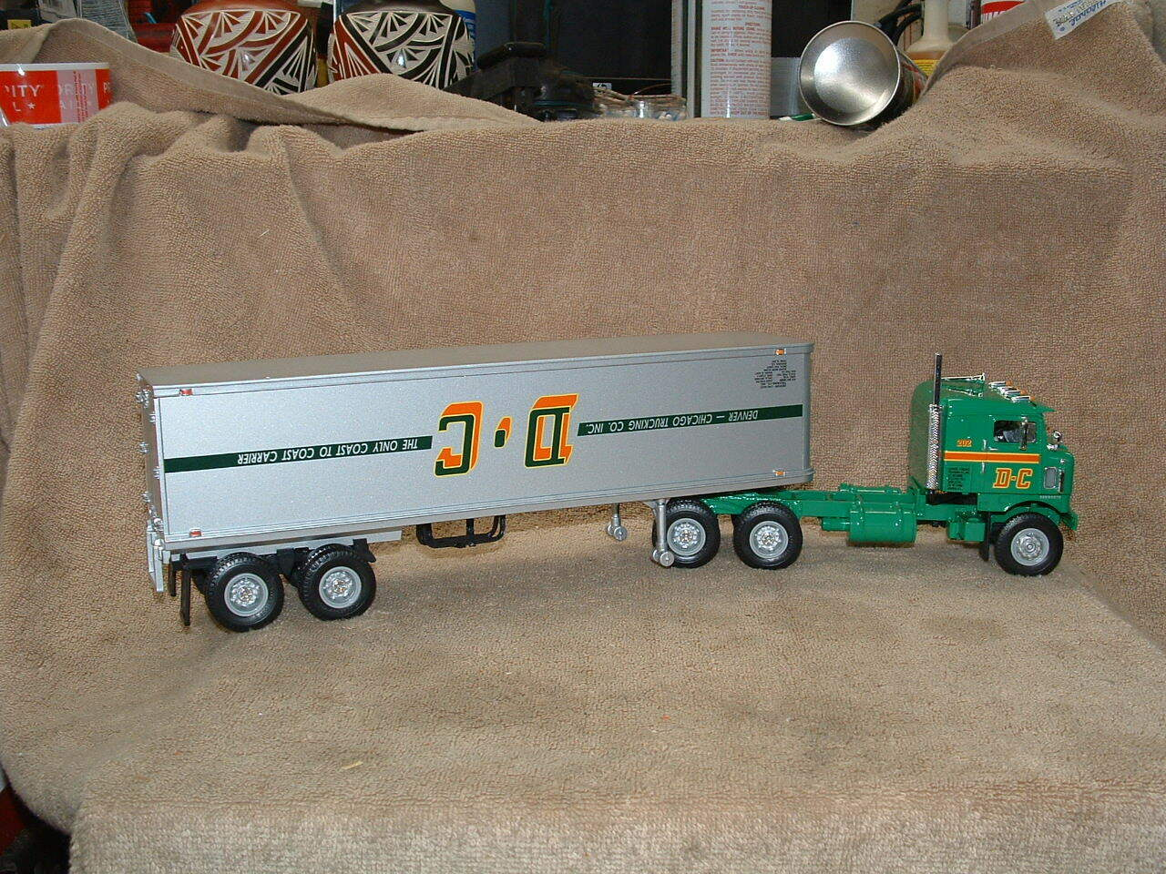 One Of A Kind neufs Upside Down DC Kenworth Tracteur Remorque First Gear