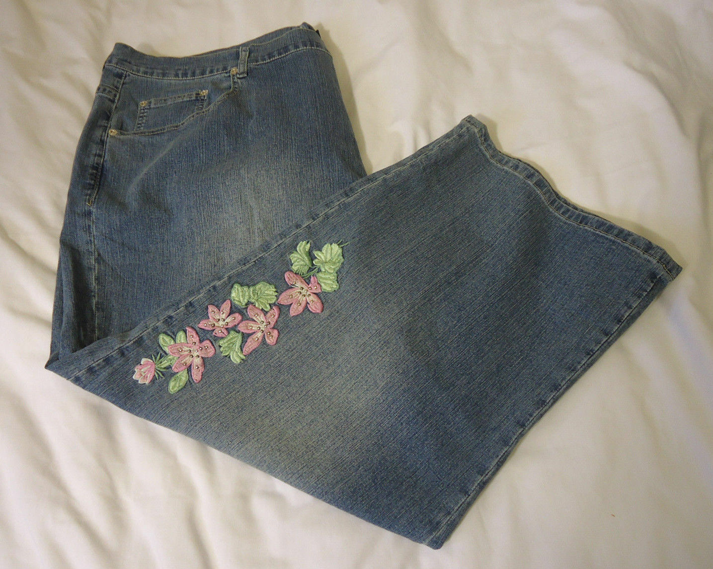 NWT AVENUE Embrodiery Cropped Capri Jeans Plus Size 26 Floral