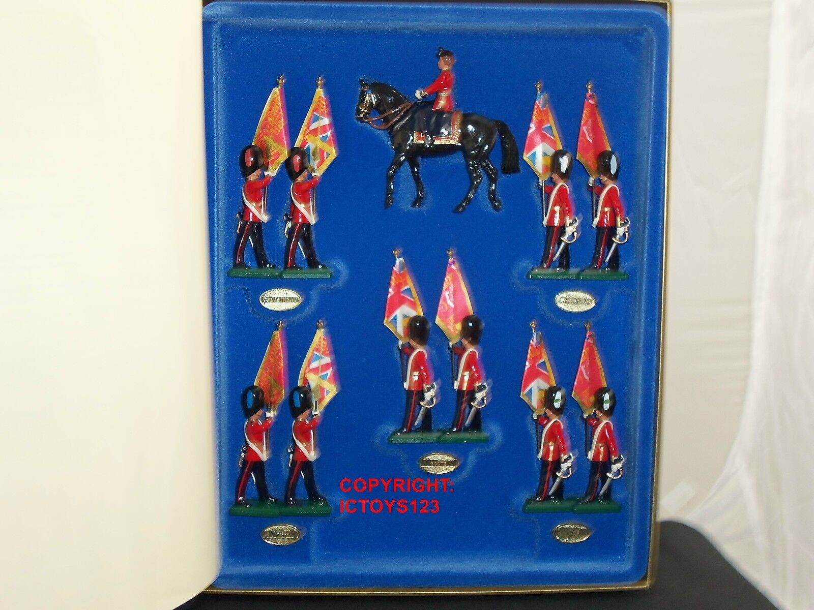 BRITAINS TROOPING THE COLOUR HM QUEEN QUEEN QUEEN + GUARDSMEN BOOK + TOY SOLDIER FIGURE SET 9edf37