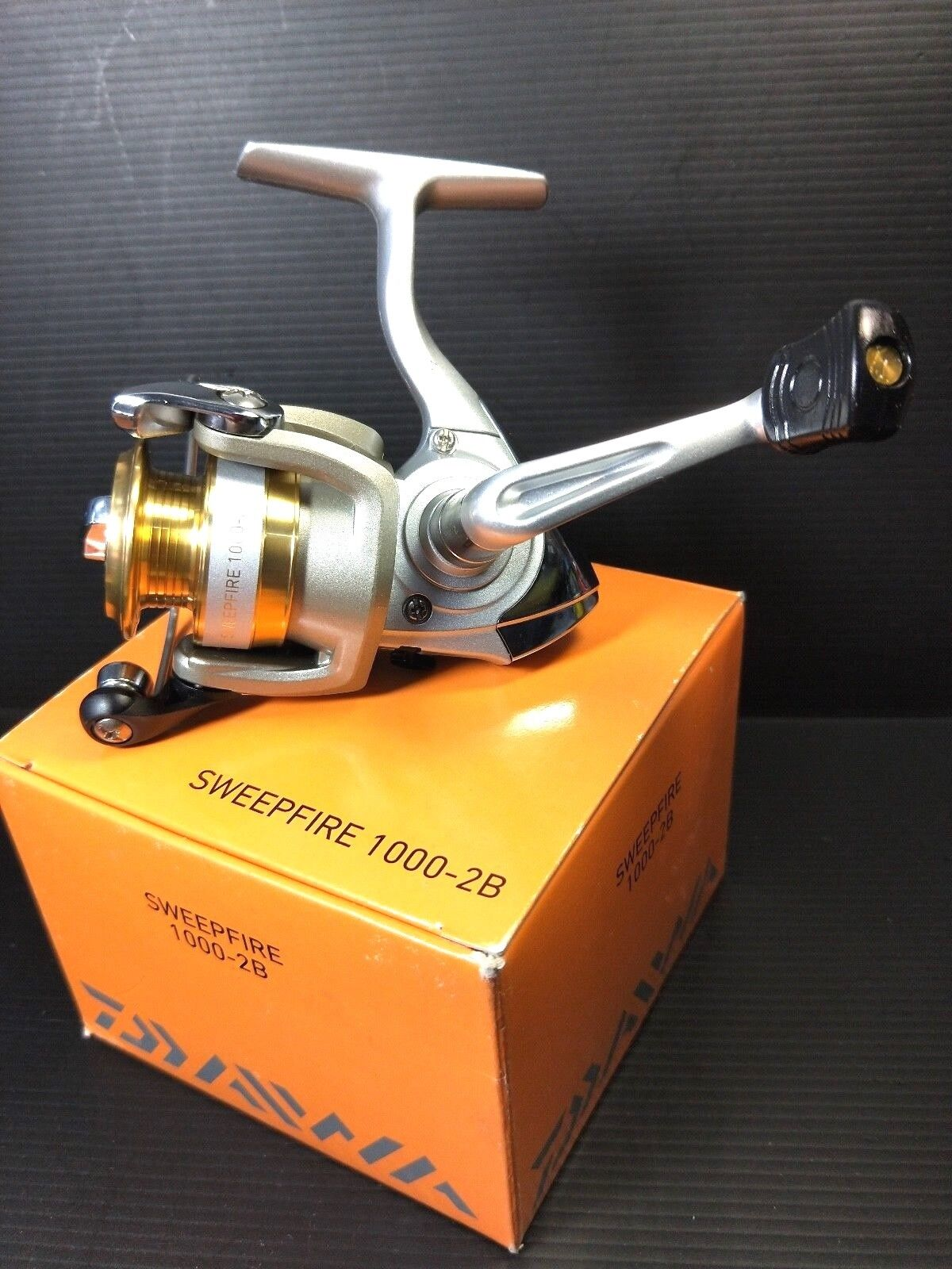1 pc Daiwa SweepFire 1000-2B Spinning Fishing reel 2BB, ABS, Digigear, NIB