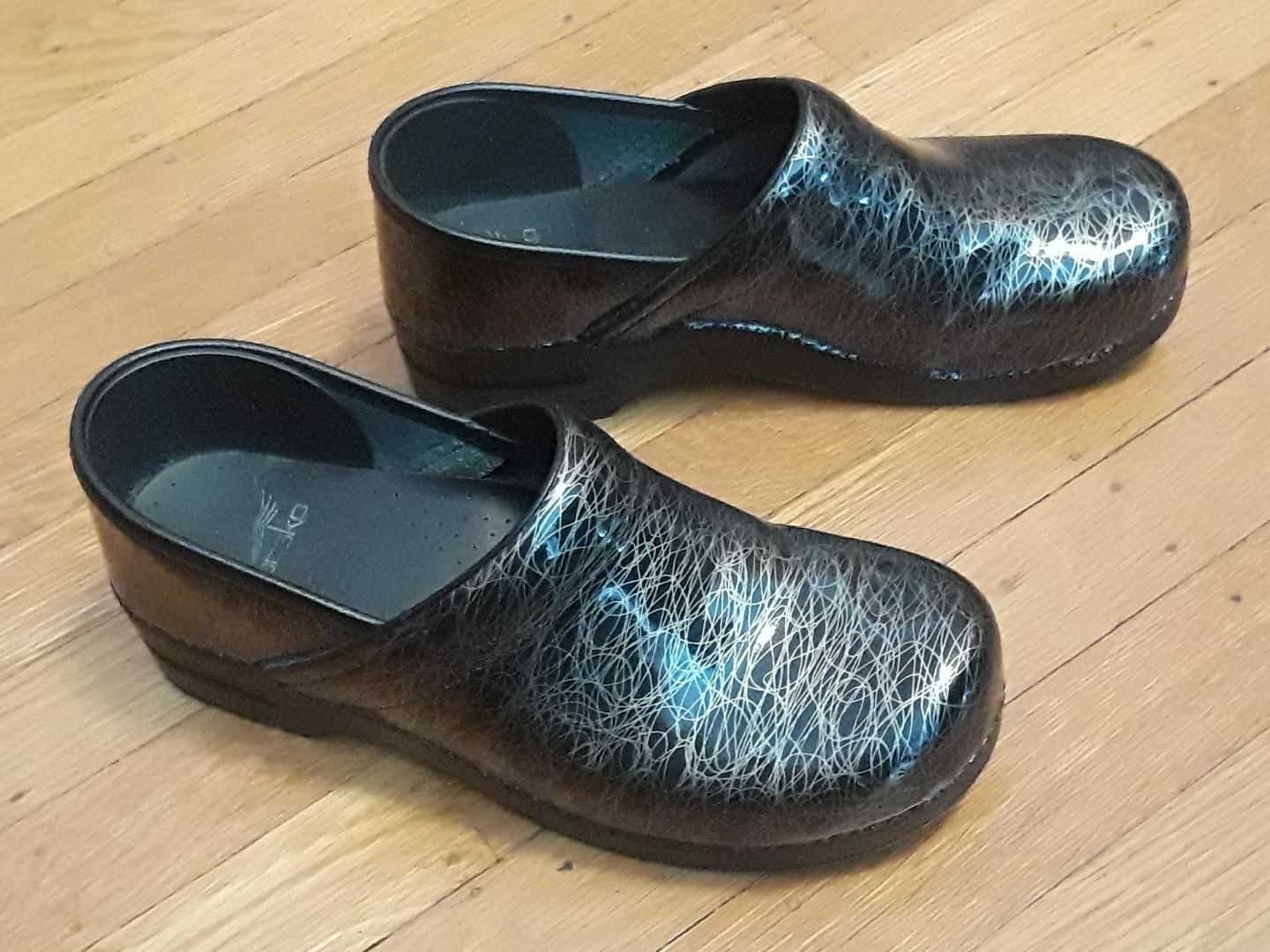 DANSKO DANSKO DANSKO LEATHER SILVER & BLACK PAINT SQUIGGLE PROFESSIONAL CLOGS 42 W 11.5 M 9.5 416212
