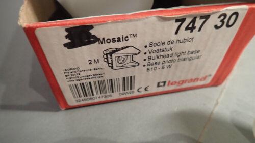 Hublot triangulaire Mosaic Legrand 74730 livré sans diffuseur ni lampe