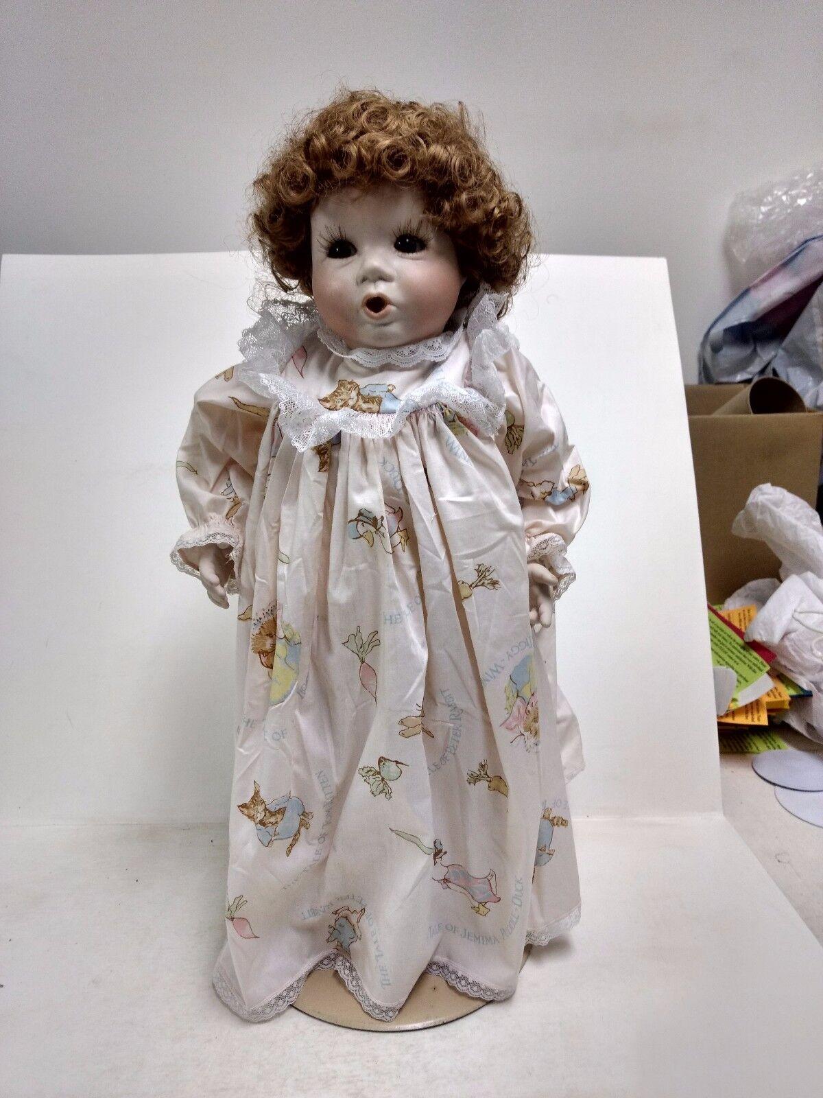 Porzellan Wunderschöne ROT Head Puppe mit Ständer Brunette Kinderlied Kleid