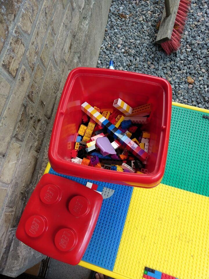 Lego andet, Bord med stol og klodser