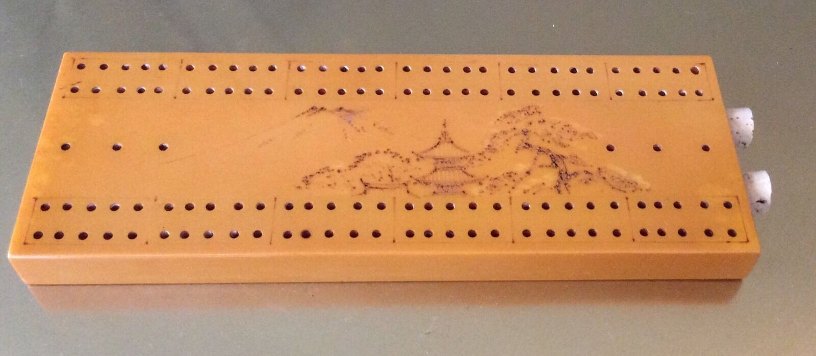 Vintage Catalin Caramel BAKELITE Cribbage Board sculpté japonais années 1930 excellent état utilisé