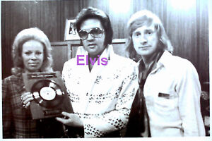 ELVIS-PRESLEY-NORWAY-FANS-GOLD-RECORD-6-24-73-ORIG-VTG-OLD-KODAK-PHOTO-CANDID-2