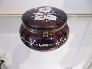 1900 french enameled art purple glass sweet box flowers diam 10,7cm - France - 1900 enameled purple art glass sweet boxdecorated with enamelled flowers (& foliages)very good condition from use (usual oxidation of the brass clasp)height 8cm (3,15inch), diameter 10,7cm (4,21inch)weight 220gr (7,76oz)others photos on requestwo - France
