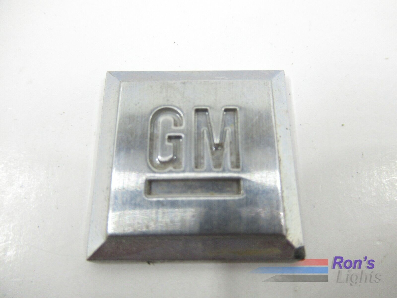 Front Genuine GM 15252974 Grille Emblem